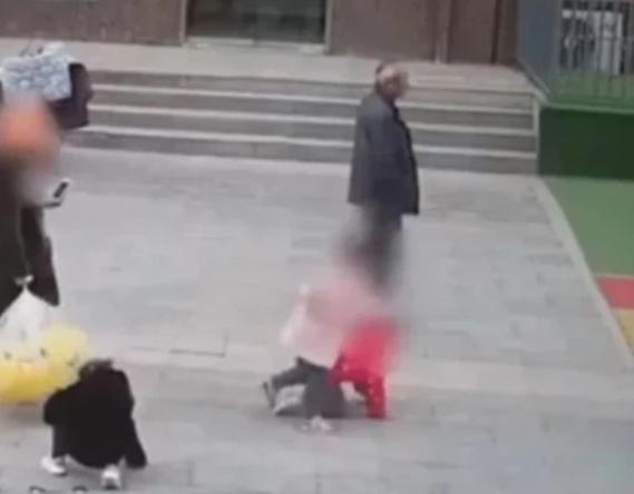 Hai bà mẹ lao vào đánh nhau ngay trường mẫu giáo, khi bị cảnh sát khống chế, một người thốt lên câu nói khiến ai nấy vô cùng sốc - Ảnh 1.