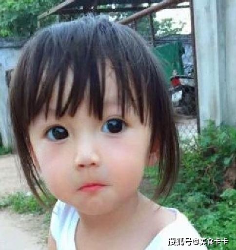 Em bé xinh đẹp bị nghi ngờ là... búp bế, người mẹ không còn cách nào khác ngoài việc đăng ảnh gia đình để chứng minh nhan sắc - Ảnh 4.