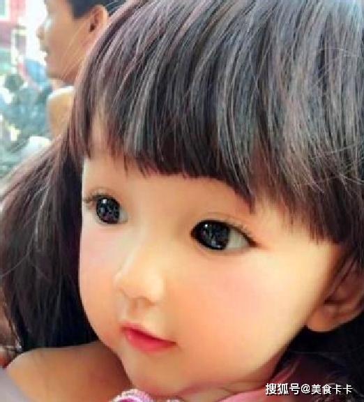 Em bé bị cư dân mạng nghi ngờ vì quá xinh đẹp, người mẹ không còn cách nào khác ngoài việc đăng ảnh gia đình để chứng minh nhan sắc - Ảnh 2.