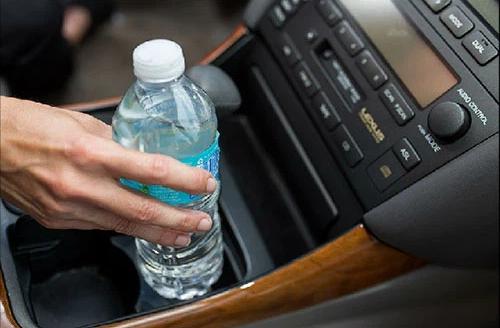 """Được chồng đón sau chuyến công tác, vợ cầm lấy chai nước trên xe hơi rồi nhìn thấy điều lạ, cái cách cô """"ngả bài"""" sau đó khiến gã bội bạc choáng váng! - Ảnh 1."""