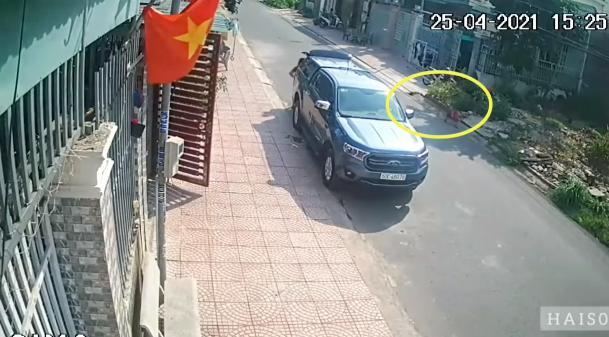 Khoảnh khắc đứa trẻ lao ra đường bị xe máy đâm chí mạng, người chứng kiến bủn rủn hết chân tay - Ảnh 2.