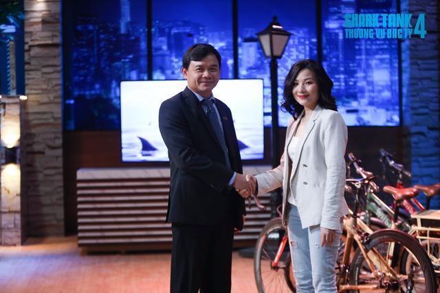 """Nữ CEO khiến Shark Phú bị chỉ trích """"quấy rối tình dục"""" lộ liễu: Xinh đẹp rạng rỡ nhưng học vấn khủng mới chính là tâm điểm - Ảnh 1."""