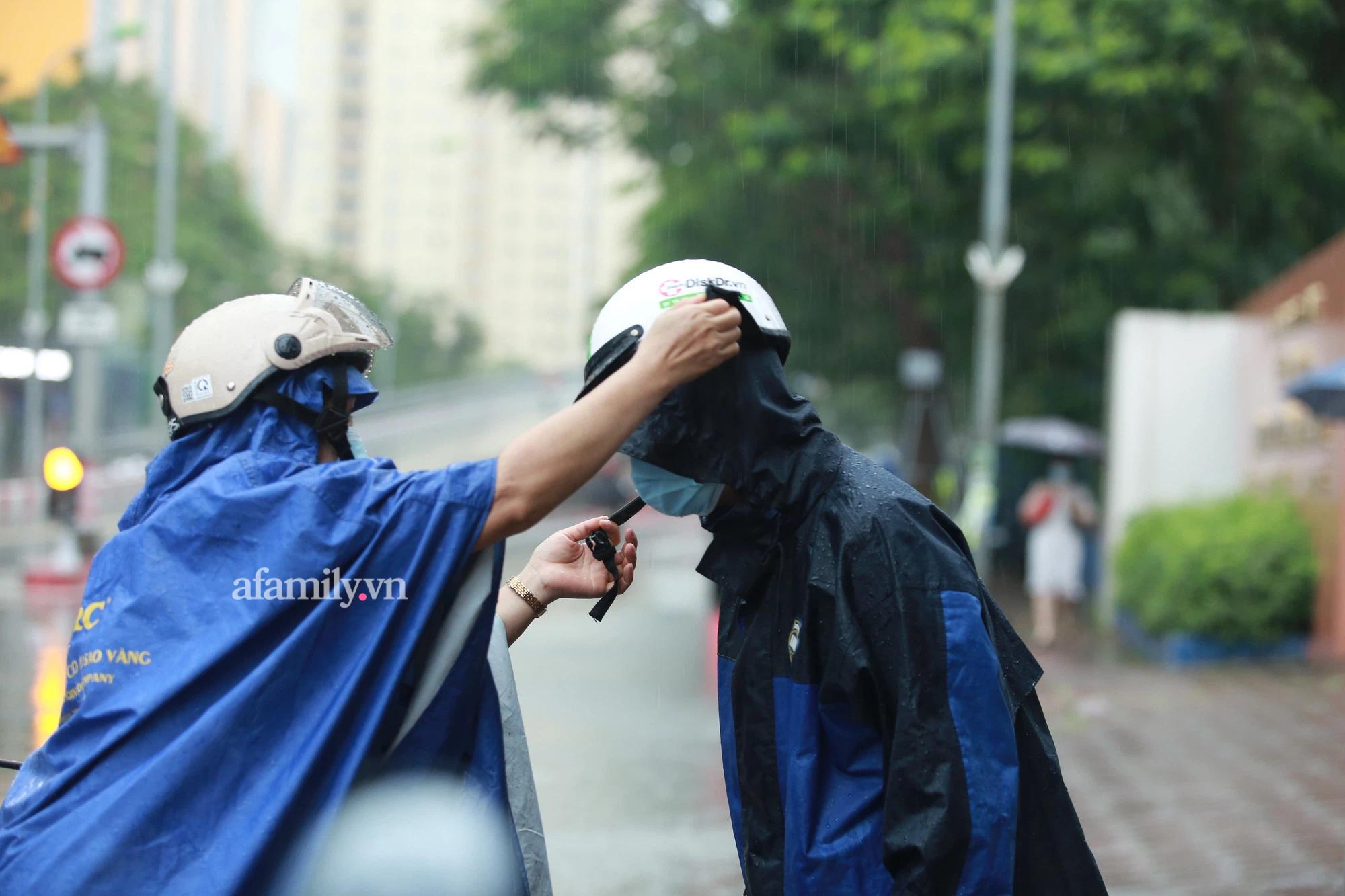Mưa lớn như trút nước sáng 12/6, phụ huynh Hà Nội xách dép, đội mưa đưa con đi thi vào lớp 10 - Ảnh 3.