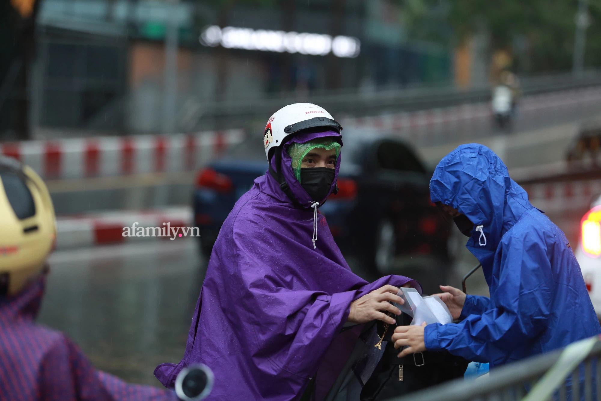 Mưa lớn như trút nước sáng 12/6, phụ huynh Hà Nội xách dép, đội mưa đưa con đi thi vào lớp 10 - Ảnh 6.