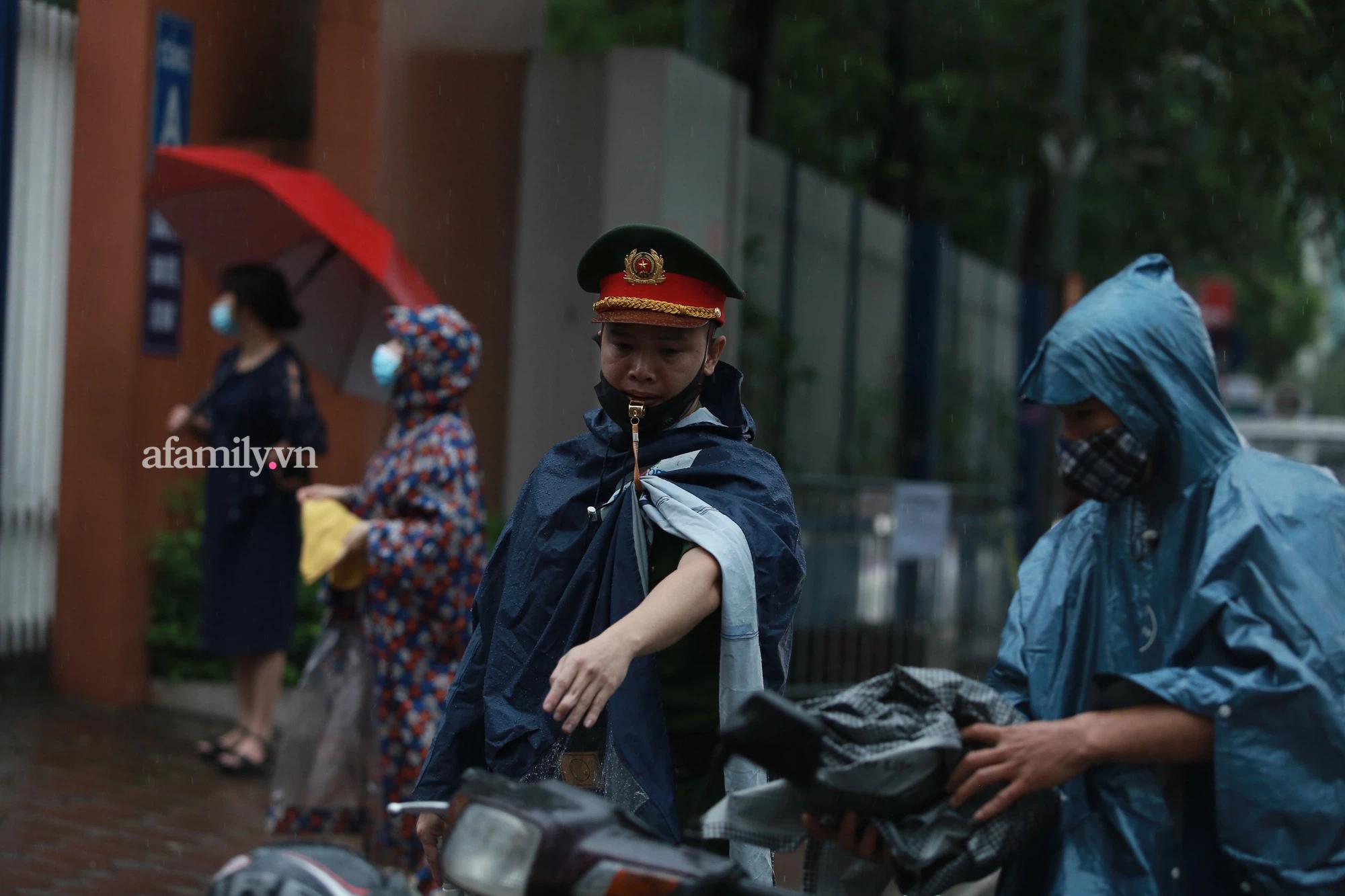 Mưa lớn như trút nước sáng 12/6, phụ huynh Hà Nội xách dép, đội mưa đưa con đi thi vào lớp 10 - Ảnh 12.