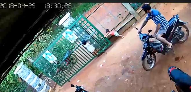Khoảnh khắc chiếc cổng sắt bất ngờ đổ sập, suýt đè ngang người 2 bé gái đang đùa nghịch chơi trò đu bám - Ảnh 3.