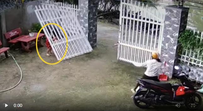 Khoảnh khắc chiếc cổng sắt bất ngờ đổ sập, suýt đè ngang người 2 bé gái đang đùa nghịch chơi trò đu bám - Ảnh 2.