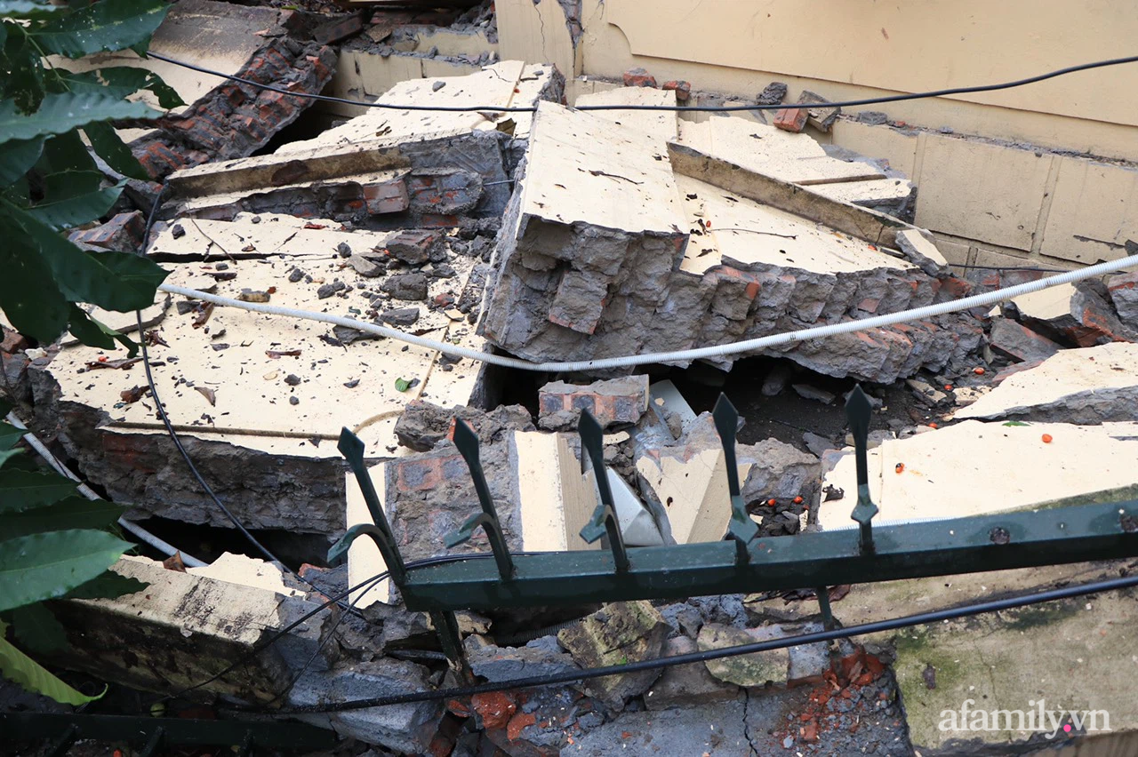 Hà Nội: Cây cổ thụ hàng chục năm tuổi bất ngờ bật gốc, đè sập tường Tòa án nhân dân tối cao sau trận gió lớn - Ảnh 6.