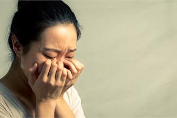 Dọn dẹp phòng ngủ của mẹ chồng, tôi bật khóc tức tưởi khi thấy vật bà giấu kín dưới gầm giường