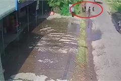Rùng mình khoảnh khắc 2 người phụ nữ đi xe máy trượt ngã suýt vào bánh xe container