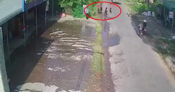 Khoảnh khắc 2 người phụ nữ đi xe máy trượt ngã vào bánh xe container khiến ai cũng rùng mình - Ảnh 2.