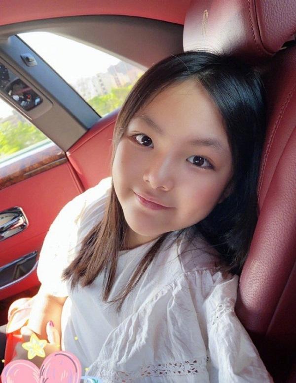 """""""Ngôi sao vàng trong làng chiều con"""" đến Lâm Tâm Như cũng phải e dè: 1 tháng mua áo quần 2 tỷ, nhìn bó hoa tặng sinh nhật con mà xỉu ngang xỉu dọc - Ảnh 4."""