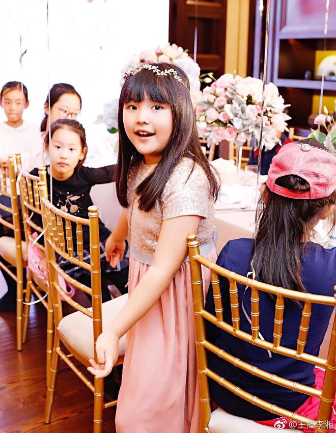"""""""Ngôi sao vàng trong làng chiều con"""" đến Lâm Tâm Như cũng phải e dè: 1 tháng mua áo quần 2 tỷ, nhìn bó hoa tặng sinh nhật con mà xỉu ngang xỉu dọc - Ảnh 1."""