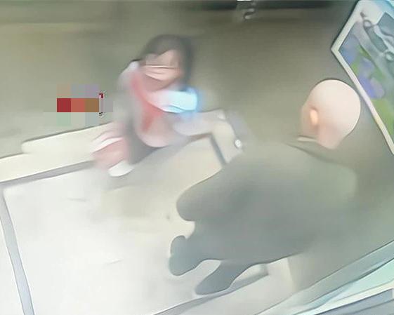 """Gặp """"ông già xấu"""" trong thang máy, cách xử lý thông minh đã giúp bé gái 8 tuổi thoát nguy thành công, bố mẹ được một phen hú vía - Ảnh 1."""
