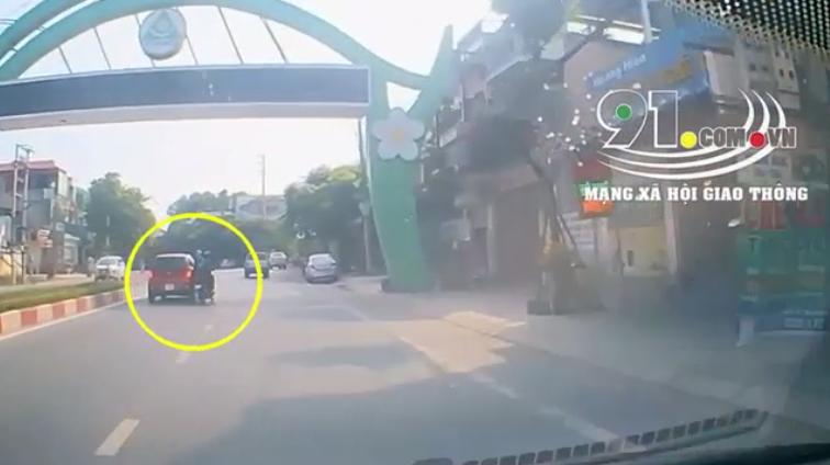 Cặp ô tô - xe máy lạng lách đánh võng đuổi bắt như phim hành động, cách hành xử sau cùng của tài xế càng gây phẫn nộ - Ảnh 2.