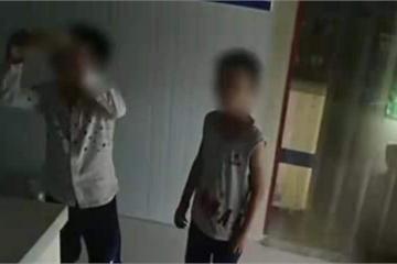 Thấy cửa hàng vắng chủ, hai cậu bé thản nhiên vào lấy đồ, hành động tiếp theo của đứa trẻ cho thấy sự giáo dục tuyệt vời