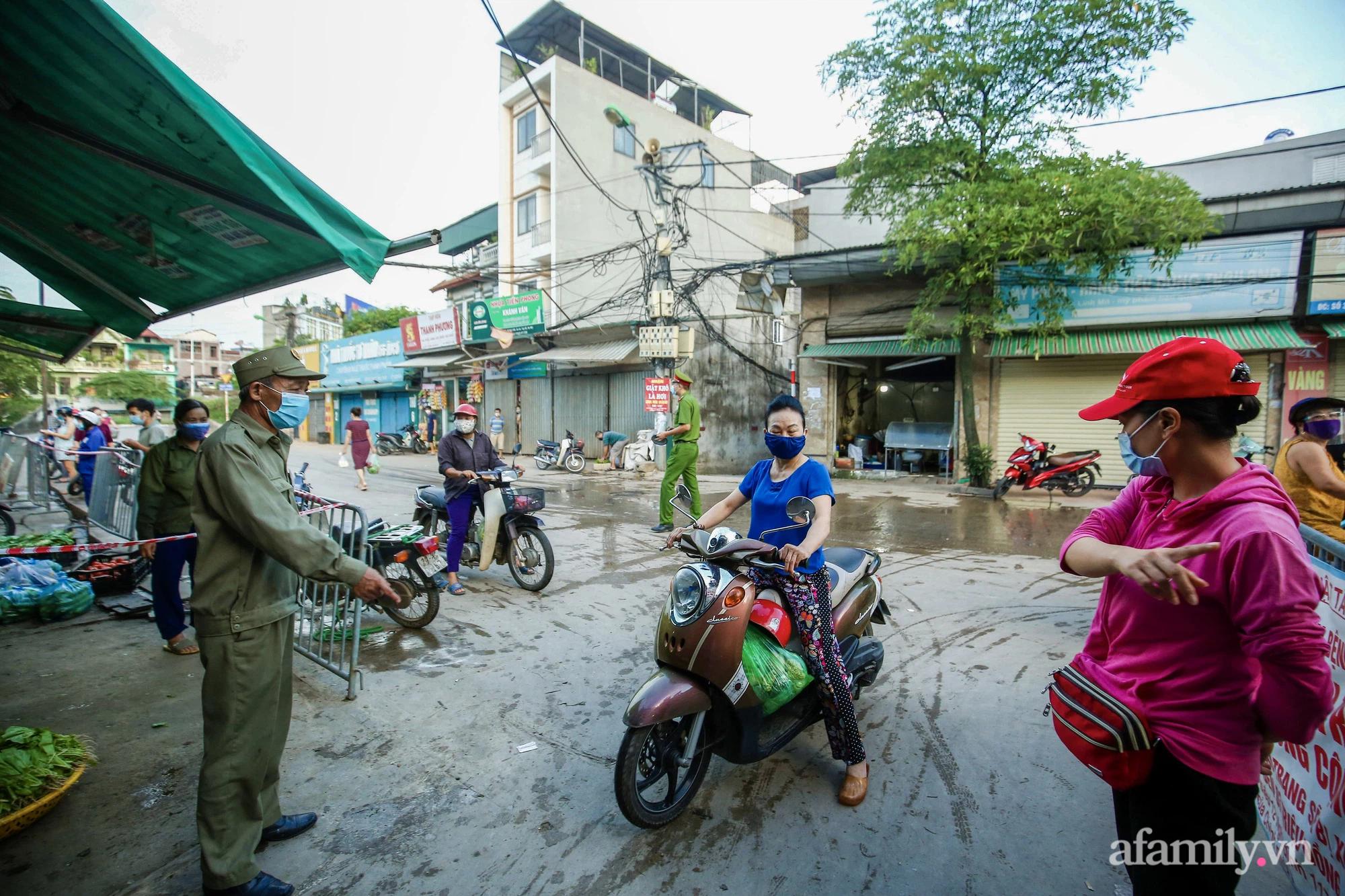 Ngày đầu tiên bắt đầu phát phiếu đi chợ, người Hà Nội đi theo ngày chẵn, ngày lẻ - Ảnh 4.