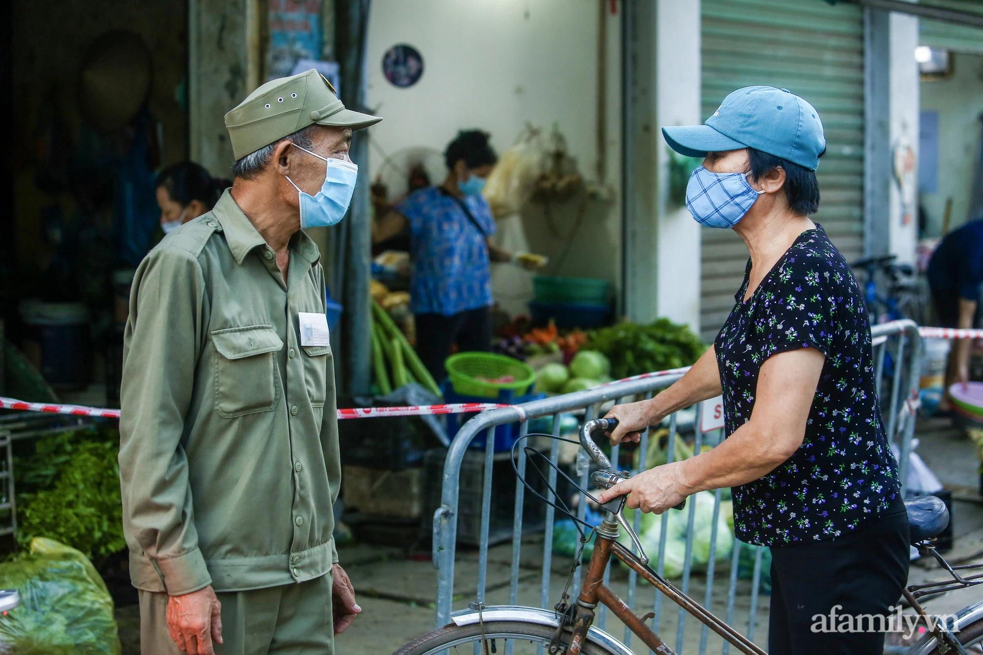 Ngày đầu tiên bắt đầu phát phiếu đi chợ, người Hà Nội đi theo ngày chẵn, ngày lẻ - Ảnh 8.