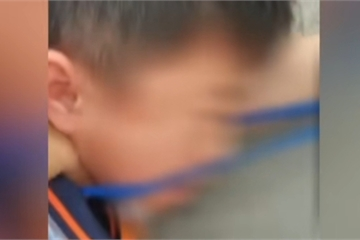 Con gái bị bắt nạt, bố tức giận đến tìm đứa trẻ để trả thù, đoạn video gửi vào nhóm phụ huynh thật đáng sợ