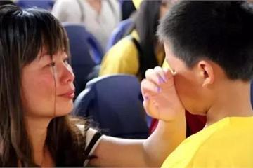 """""""Mẹ đừng đón con, xấu hổ lắm"""", câu nói của con trai khiến mẹ bừng tỉnh"""