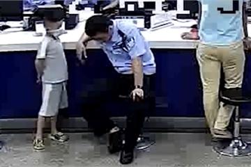 """Mẹ dắt con 5 tuổi lên đồn """"đầu thú"""" gặp ngay anh cảnh sát """"diễn sâu"""", clip dọa con đạt 1,5 triệu lượt thích"""