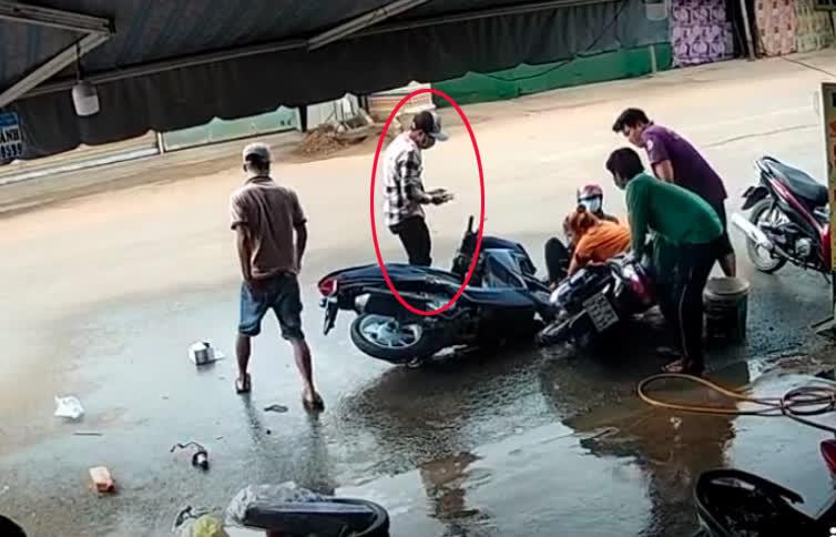 Mải nhìn điện thoại, thanh niên xe máy tông thẳng vào 2 phụ nữ đang rửa xe, hành động sau đó càng gây bức xúc - Ảnh 3.