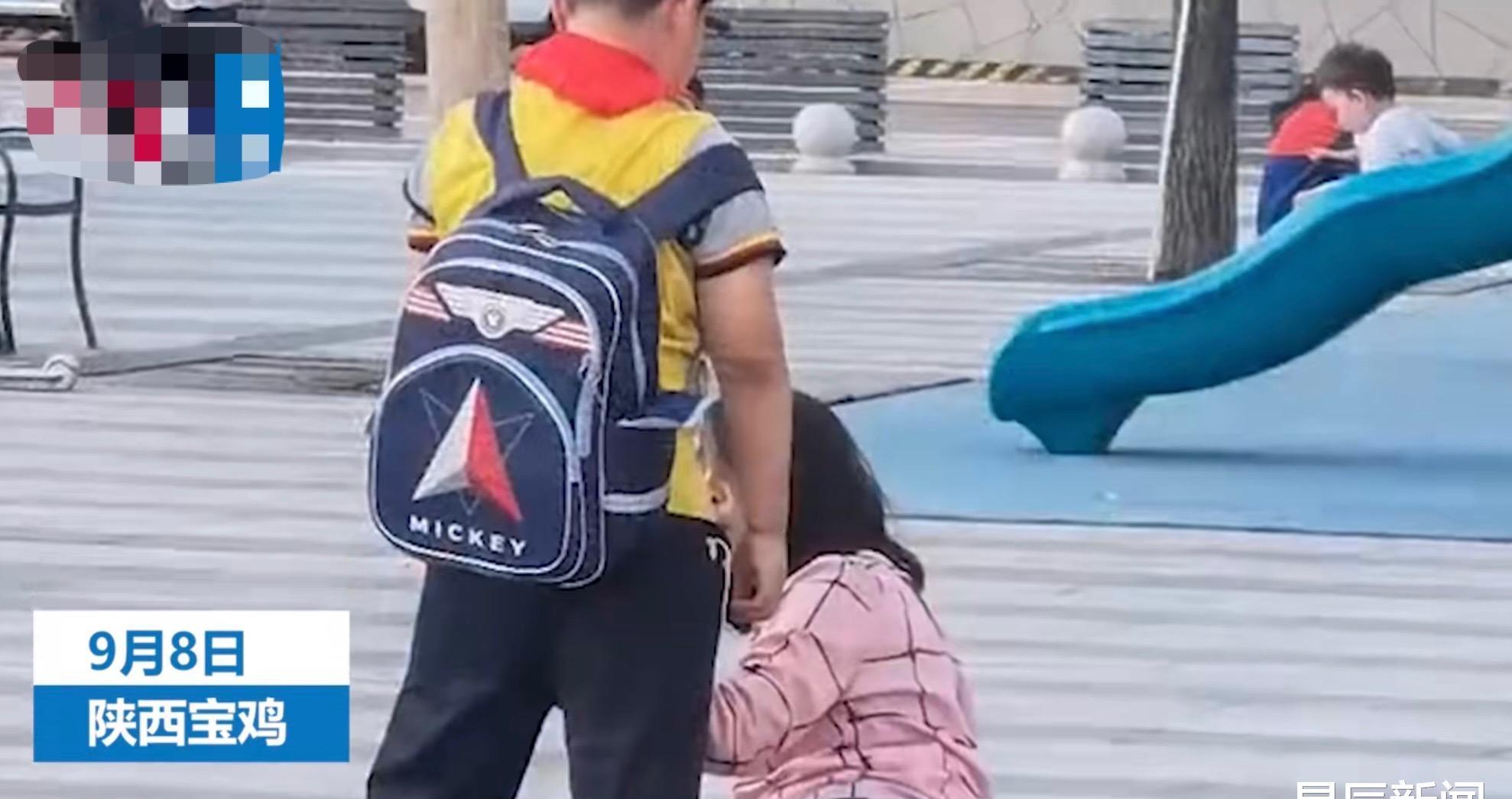 Học sinh tiểu học đánh mẹ giữa phố, 3 bảo vệ đến ngăn cản còn bị đứa trẻ quát mắng, đoạn phim khiến ai cũng lắc đầu ngán ngẩm - Ảnh 1.