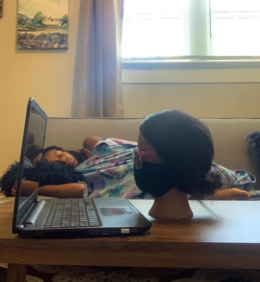 Nữ sinh ngủ ngon lành nhưng cô giáo tưởng đang học online chăm chỉ: Nhìn kỹ thì ngất lịm vì trò lừa quá tinh quái - Ảnh 1.