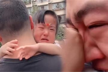 """Bố đến đón con gái yêu vào ngày đầu đi mẫu giáo, cảnh tượng """"lâm li bi đát"""" tại cổng trường khiến bao người đồng cảm"""