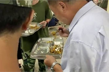 """Hiệu trưởng đứng cạnh thùng rác """"xin"""" thức ăn thừa của học sinh, nghe lý do ai cũng cảm động"""