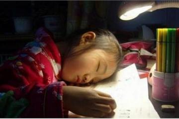"""Nửa đêm phụ huynh nhắn hỏi 'cô giáo ngủ chưa?' liền bị cô """"đá"""" khỏi nhóm chat"""