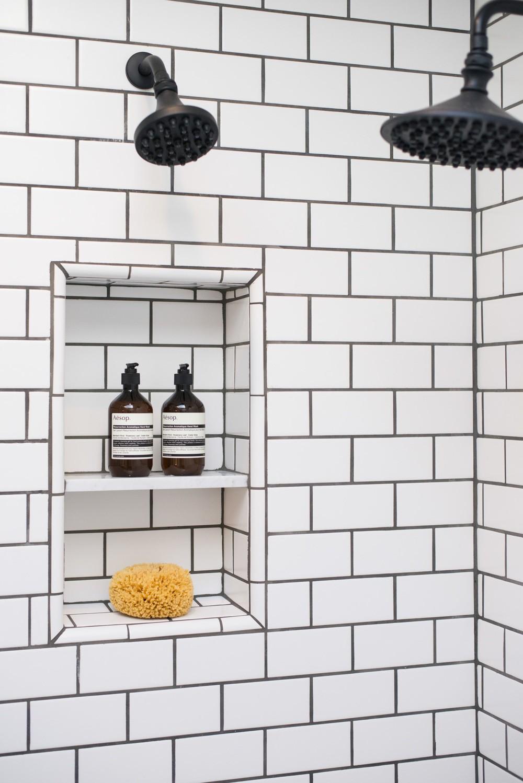 Cận cảnh 3 thiết kế phòng tắm được hồi sinh theo phong cách Tây Ban Nha thập niên 1930 nhờ các vật liệu công nghiệp - Ảnh 3.