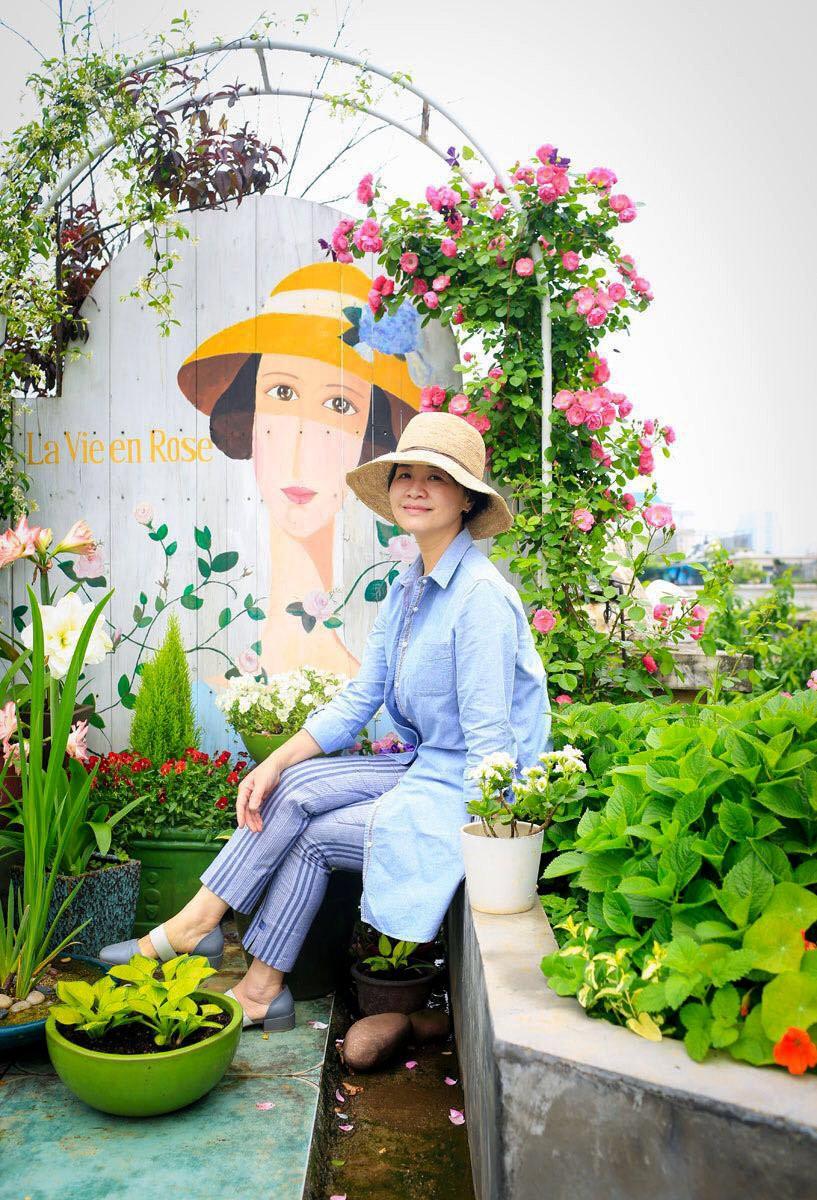 Tận dụng mái nhà bỏ hoang, người phụ nữ yêu hoa biến không gian thành khu vườn dịu dàng sắc hoa - Ảnh 18.
