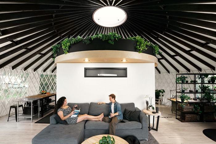 Ngôi nhà trông giống ốc đảo nhỏ xanh tươi trong lành của cặp vợ chồng dành 1 năm xây dựng - Ảnh 7.
