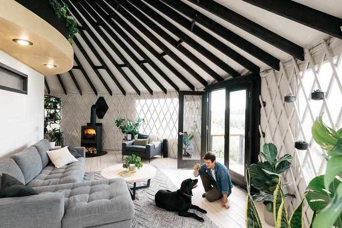 Ngôi nhà trông giống ốc đảo nhỏ xanh tươi trong lành của cặp vợ chồng dành 1 năm xây dựng - Ảnh 6.