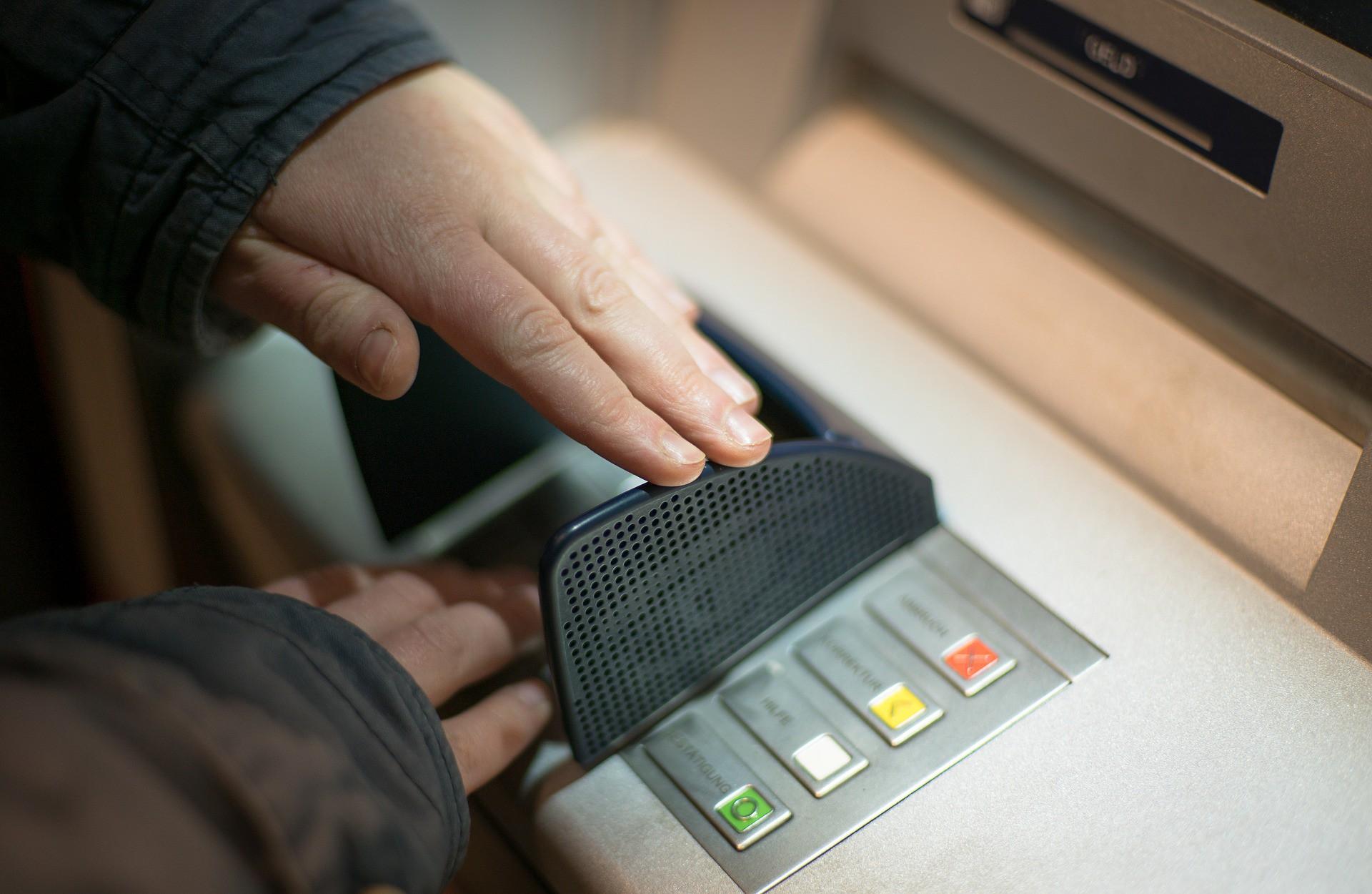 3 nguy cơ luôn rình rập khi để tiền trong thẻ ATM, không to tát khiến ai cũng bất cẩn - Ảnh 3.
