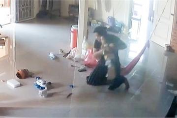 """Clip: Bà mẹ cứu con trai 1 tuổi thoát khỏi """"tử thần"""" bò vào nhà trong tích tắc khiến ai cũng """"rụng tim"""""""