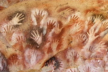 Hang động có hàng nghìn bàn tay kỳ bí in hằn trên vách đá