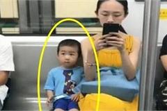 Hai mẹ con trên tàu điện ngầm khiến bao người liếc nhìn, khen người mẹ biết dạy con vì chi tiết này