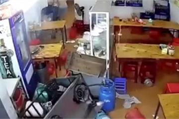 Đang đứng dọn dẹp trong nhà, người đàn ông hoảng hốt thấy chiếc ô tô đâm thẳng vào mình