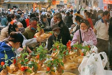 """30 Tết: Chợ Hàng Bè thất thủ, 1 triệu đồng/con gà bày mâm cỗ mà khách vẫn phải xếp hàng chờ """"dài cổ"""""""