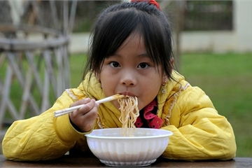Dù bận rộn đến đâu, cha mẹ cũng không nên cho trẻ ăn những thực phẩm này vào buổi sáng