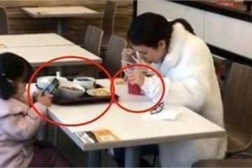 Hình ảnh hai mẹ con ngồi ăn ở khu dịch vụ khiến cộng đồng mạng lo lắng cho tương lai của đứa trẻ