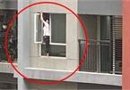 """Thót tim cảnh nữ giúp việc """"người nhện"""" trèo hẳn ra ngoài cửa sổ chung cư để lau kính"""