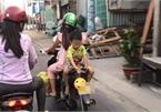 Hình ảnh gây phẫn nộ: Mẹ để con trai ngồi ngược khi xe máy đang chạy, mặc kệ xe tải kề bên