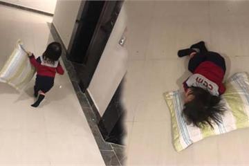 """Bị mẹ """"ngó lơ"""", bé gái mang cả gối ra cửa thang máy nằm ăn vạ cho... đỡ mệt"""