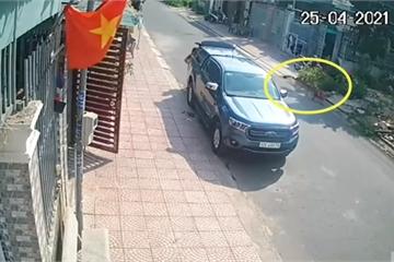 Bé trai lao sang đường bị xe máy tông trực diện, người chứng kiến bủn rủn chân tay