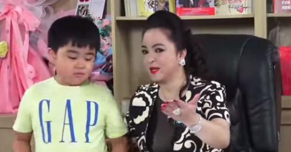 Cậu bé Huỳnh Hằng Hữu mới 9 tuổi đã được mẹ Phương Hằng cho làm việc này, nhưng phải thật cẩn thận kẻo gặp nguy hiểm