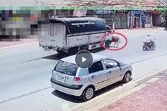 Ngán ngẩm 'đối tượng' cắm đầu chạy thục mạng sang đường, bị xe tải húc văng