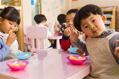 """Một quả chuối chia 3 ở trường, phụ huynh bức xúc nghĩ con bị """"tước"""" phần ăn nhưng xấu hổ khi nghe giải thích"""